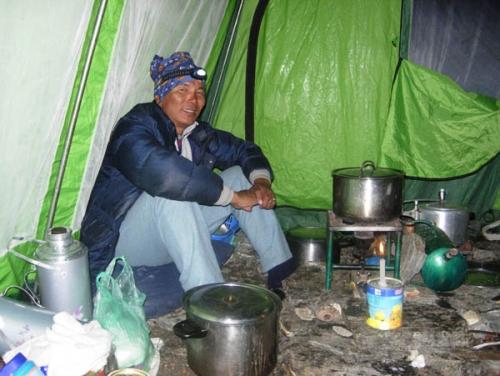 Kokken er blant det viktigste på ekspedisjoner. Sørg for å gi han gode arbeidsforhold og skryt av maten!