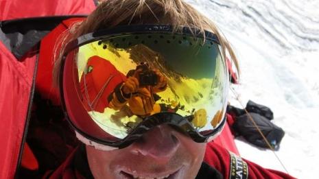 Christian Eide fanget i utgangen av teltet sitt i en eller annen høydeleir på Mt Everest