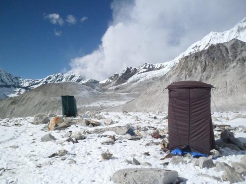 Dusj og toalett-telt i Mera Peak basecamp