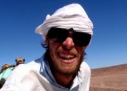 Krysser Sahara på kamelryggen