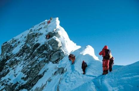 Mange klatrere mot toppen på samme tid skaper kødannelser spesielt ved Hillary Step rett under toppen av Mt Everest. Nå vurderes det å sette opp en stige for å redusere faren ved at klatrere må vente på hverandre