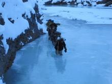 Folket strever seg oppover Zanskarelvens trange pass og ufordrende ispartier