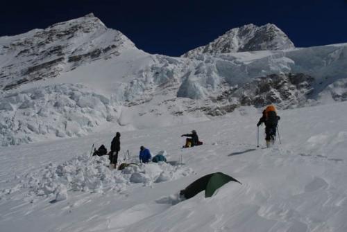 Leir 3 på Shishapangma er totalt snødd vekk. Hadde det ikke vært for bambusmarkeringer hadde vi antakeligvis aldri funnet teltet vårt